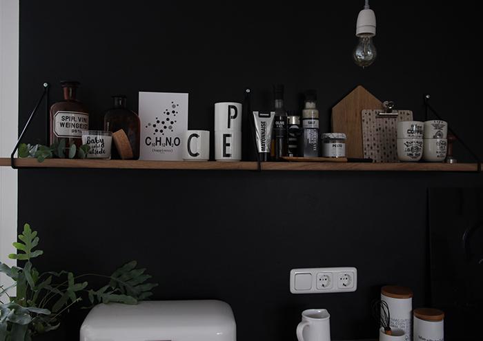 eine schwarze wand f r die k che. Black Bedroom Furniture Sets. Home Design Ideas
