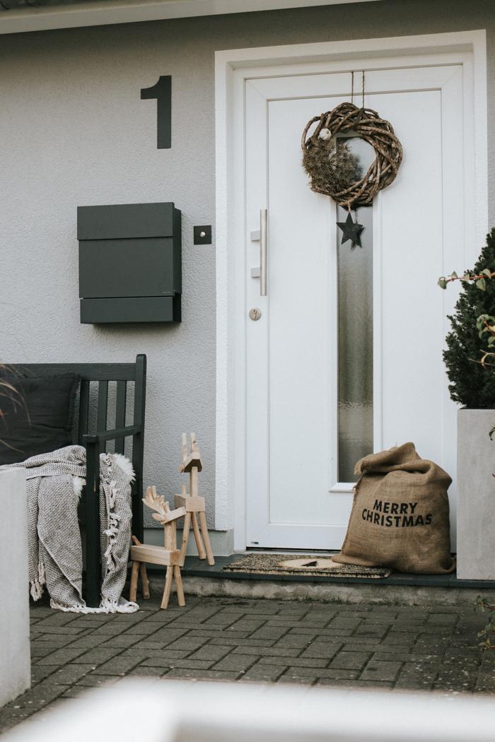 nat rliche weihnachtsdeko vor der t r. Black Bedroom Furniture Sets. Home Design Ideas