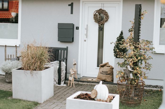 Natürliche Weihnachtsdeko vor der Tür | sanvie.de